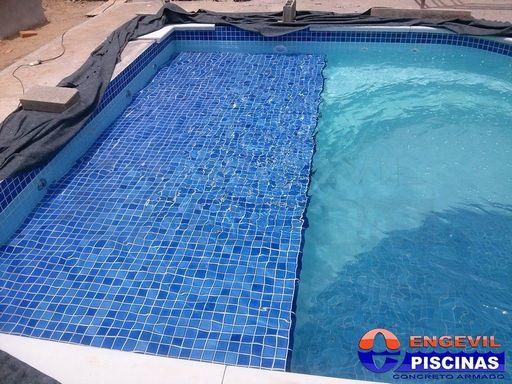 Piscina de fibra com deck de madeira engevil piscinas for Piscina redonda grande
