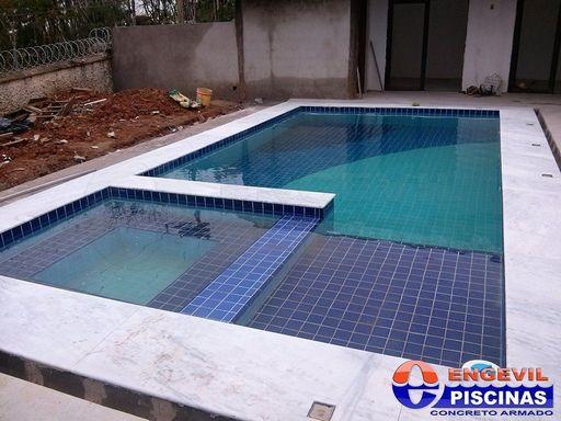 Piscina de fibra com deck de madeira engevil piscinas - Azulejos piscinas ...
