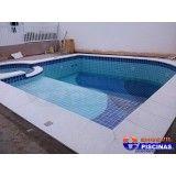piscina de fibra com deck de madeira